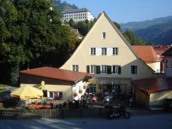 Innenhof für Motorräder, getrennt von den Autos
