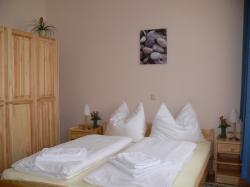 Zimmer mit schöner Holzeinrichtung